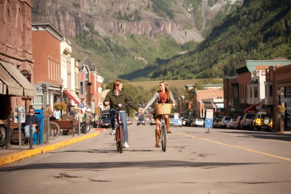 telluride-main-street-engagement-photo-with-bikes